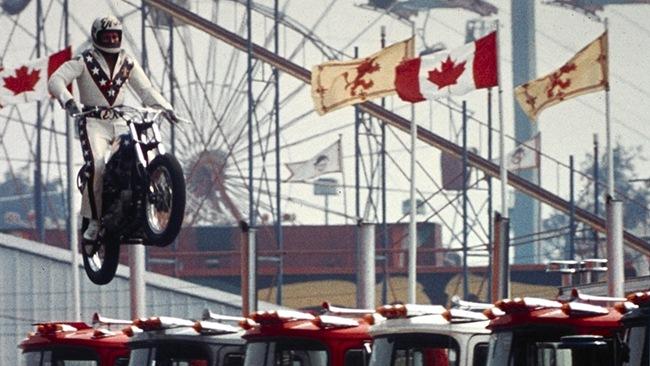 Evel Knievel saltando camiones
