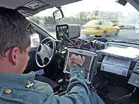 Agente de la Guardia Civil operando un radar de control de velocidad