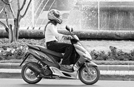 ciclomotor joven
