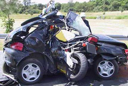 Accidente entre una moto y un coche