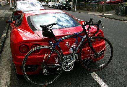 Ferrari con portabicicletas