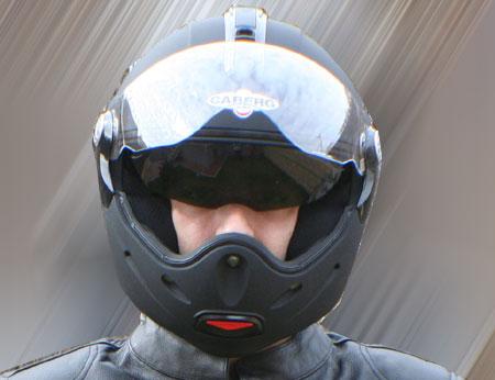 Motero con casco