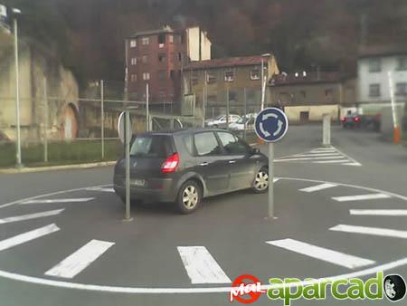 Coche mal aparcado en Mieres