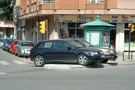 Estacionamiento sobre la acera. curvas rectas