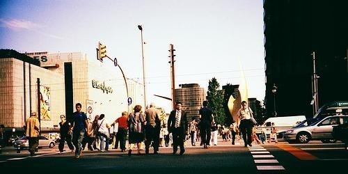 Peatones cruzando la Avenida Diagonal de Barcelona