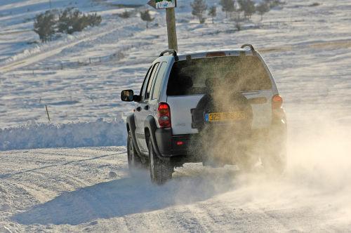 Jeep Cherokee en nieve