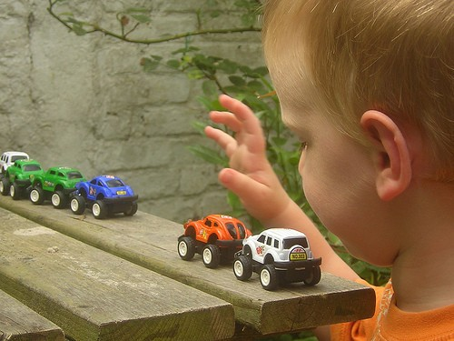Niño jugando con coches