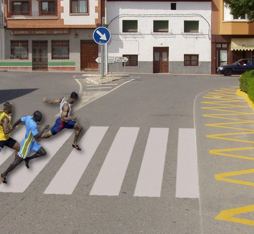 Peatones cruzan corriendo