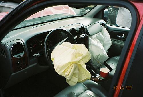 Airbag de conductor y pasajero que acaban de salvar un par de vidas.