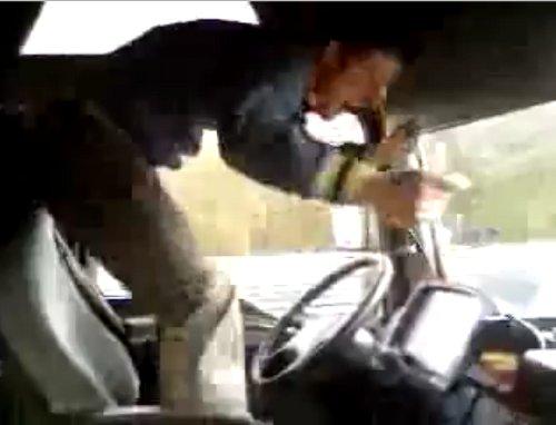 Tarzán al volante, el camionero rumano que salta y baila mientras conduce por la autopista