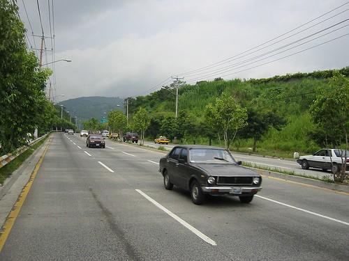 Coches circulando por el carril central en la autopista