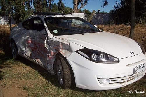 Hyundai Coupé con el lateral destrozado