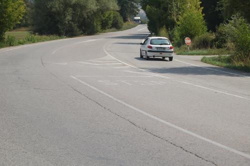 Marcas viales poco visibles en una intersección situada en la carretera