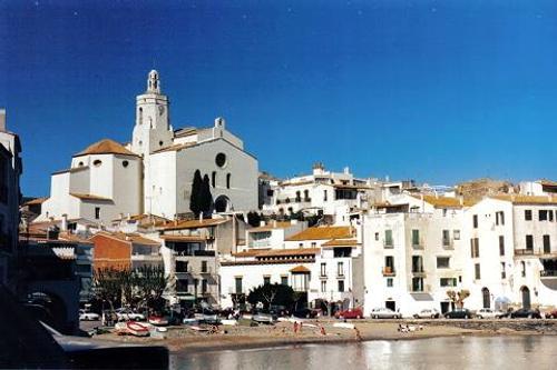 Cadaqués, pueblo costero y destino turístico para veraneo