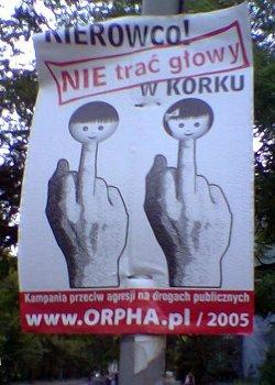 Dedo medio alzado en los carteles de una campaña de seguridad vial lanzada en Polonia en el año 2005