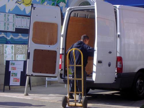 Descargando la furgoneta
