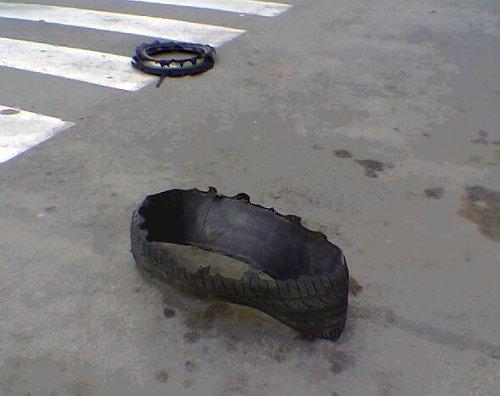 Neumático destrozado en medio de la calzada
