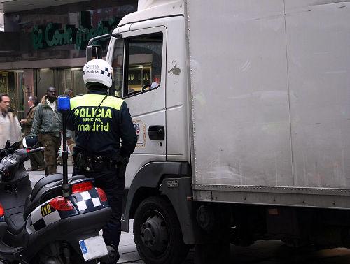 Agente de la Policía Local de Madrid hablando con un conductor