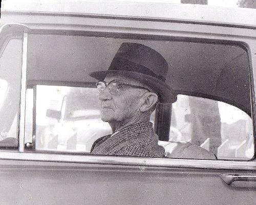 Hombre mayor conductor
