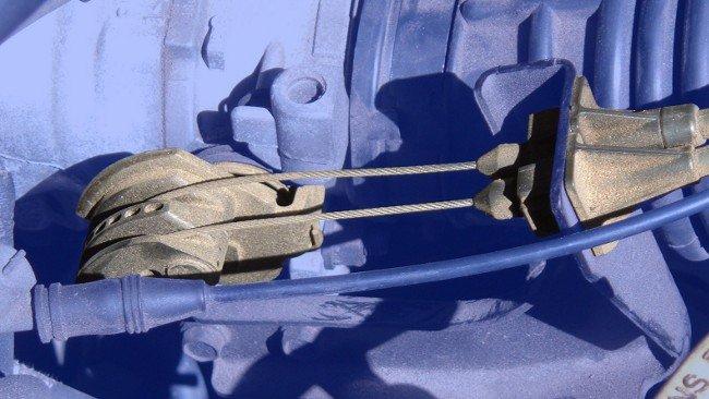 Cable Bowden en el sistema de admisión de un vehículo (accionado por el acelerador)