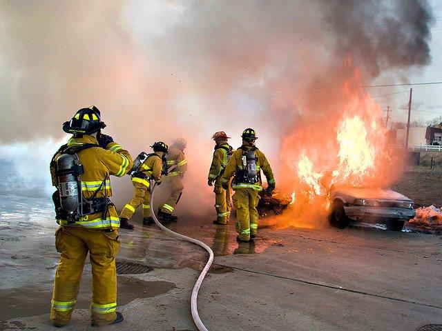 Este coche no poseía buenos elementos de seguridad terciaria y se ha incendiado tras el accidente