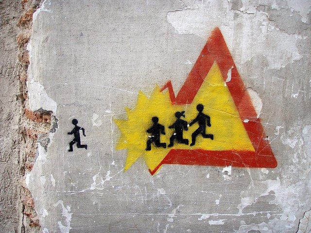 Visión artística de una señal de peligro por niños.