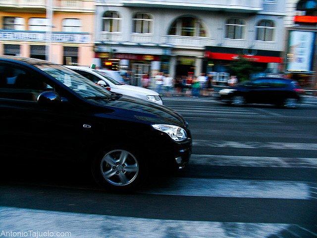 Vehículos atravesando un paso de peatones