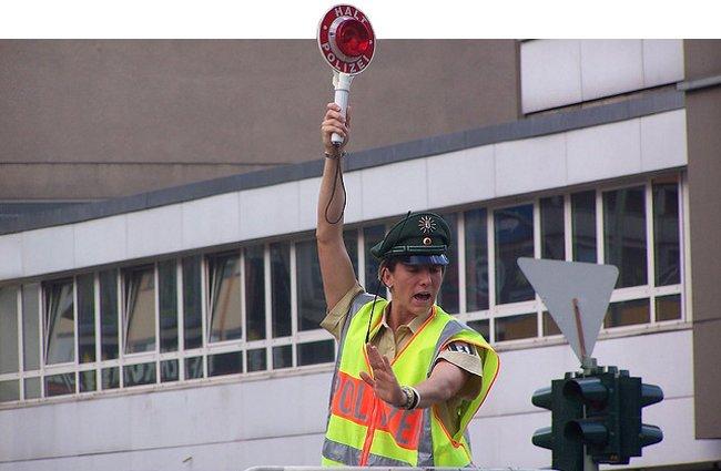 Policía dando el alto