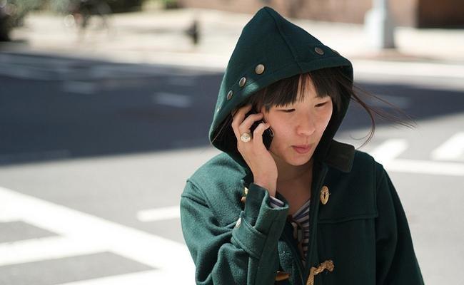 Peatón hablando por teléfono móvil