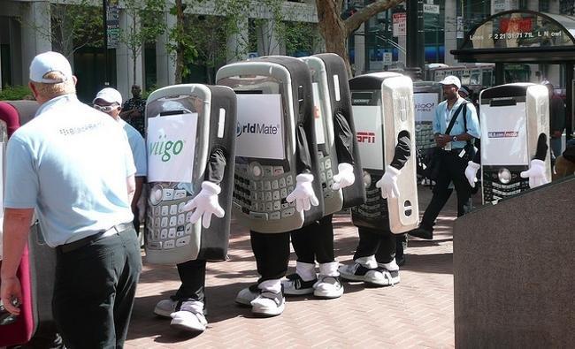 Teléfonos móviles caminando por la calle