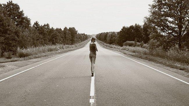 Chica en mitad de la carretera