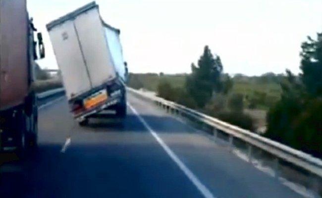 Viento lateral contra un camión en la autopista