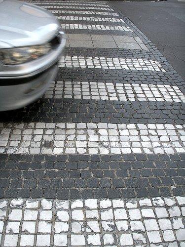 Un coche atravesando un paso de peatones