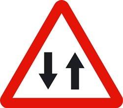 Señal vertical de peligro doble sentido