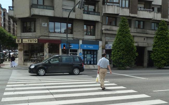 Peatón cruzando con el semáforo en rojo