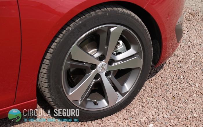 Neumático en un Peugeot
