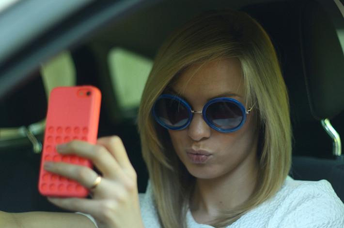 Peligros de hacerse un selfie al volante.