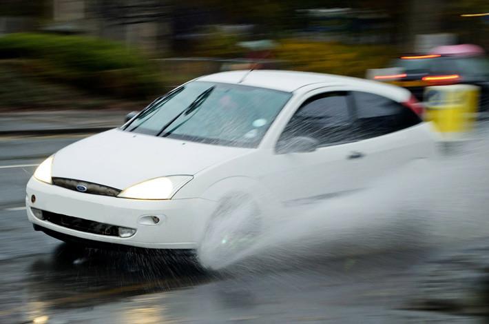 conducir con lluvia y aquaplaning
