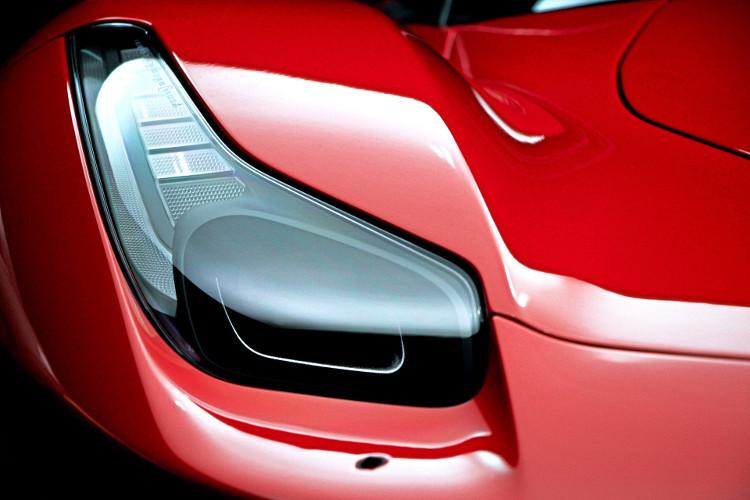 Faro delantero de un Ferrari 458 Italia