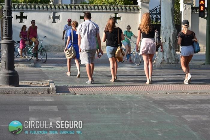 cruzando paso de peatones