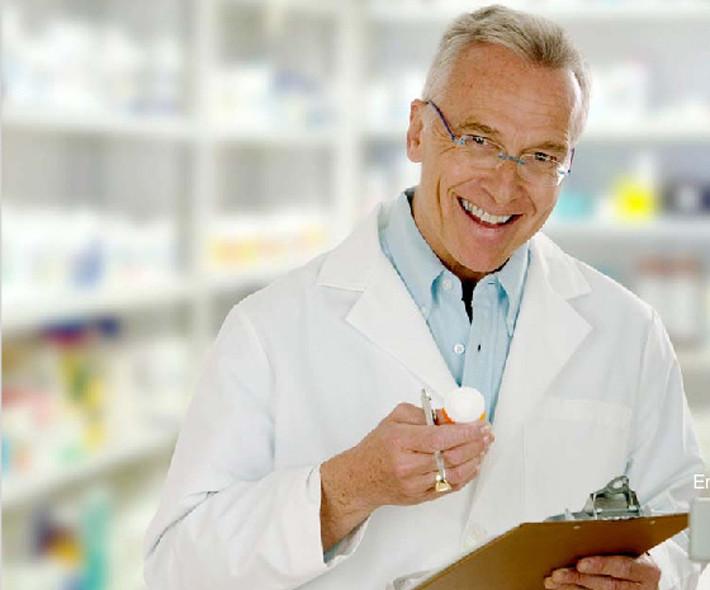 Médico diagnosticando
