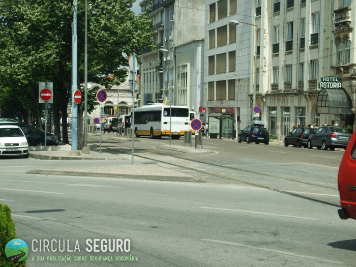 Na baixa de Coimbra há falta de marcas rodoviárias