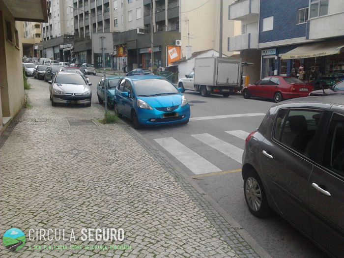 Estacionamento ilegal coloca em perigo os peões