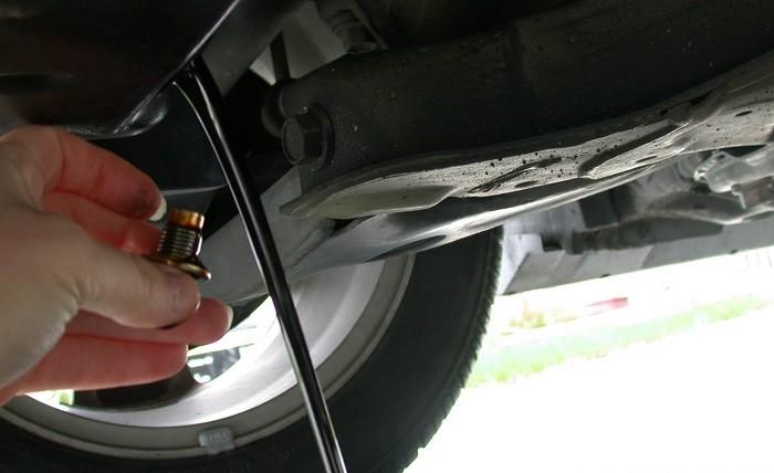 Draining_motor_oil