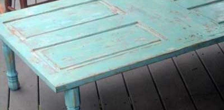 C mo reciclar una silla rota para m ltiples usos - Mesas con puertas antiguas ...