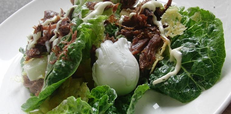 ensalada con huevo pochado