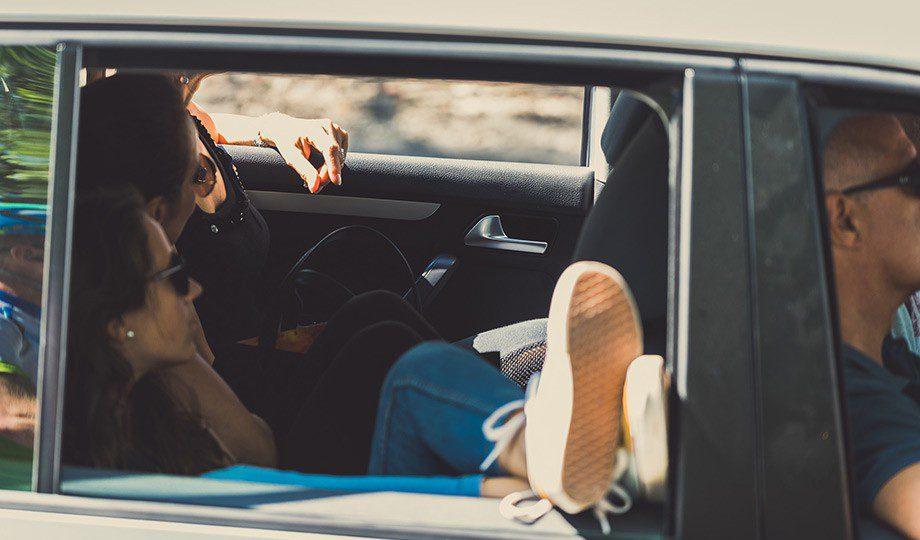 A más de 70km/h, llevar las ventanillas bajadas es contraproducente