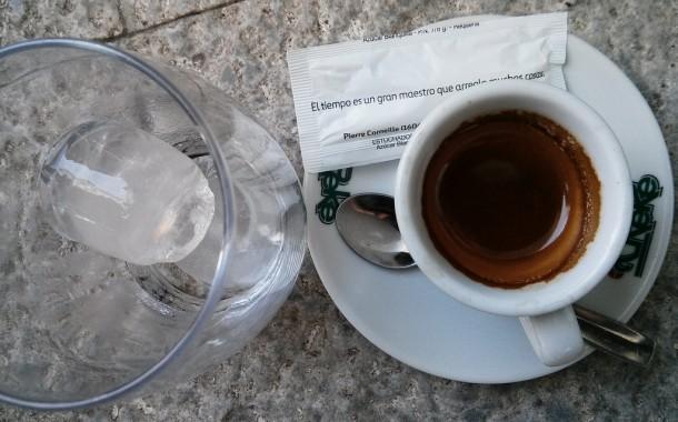 Desayuno para el Jueves-http://img.blogs.es/phillips/wp-content/uploads/2014/08/cafe-solo-con-hielo-610x380.jpg