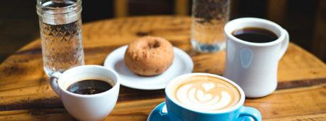 Café con vaso de agua