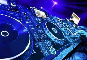 Mesa de mezclas vs portátil: ¿qué DJs son los que reinan en la noche de sábado?